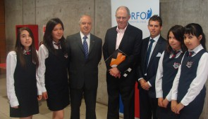 Hernán Cheyre, vicepresidente ejecutivo de Corfo y Manuel Agosin, decano de Economía U. de Chile, junto a alumnos participantes del torneo de emprendimiento escolar.